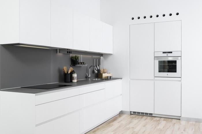 modèle de cuisine blanche mate, comment aménager une petite cuisine en l, exemple de crédence moderne à effet gris mate