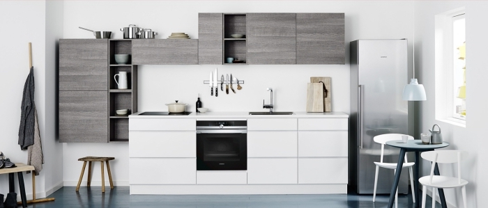 cuisine blanche aménagée avec meubles rangement ouvert en gris foncé, déco cuisine sur un seul mur blanche