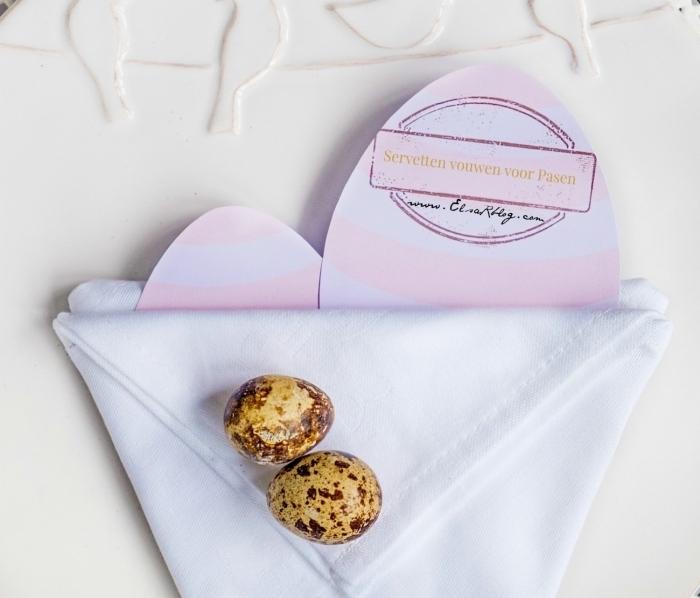 modèle de pliage de serviette en panier de pâques, une serviette poche renfermant des oeufs en pâques