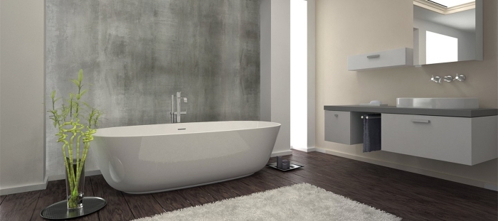 design intérieur moderne dans une salle de bain beige et blanc avec sol foncé et pan de mur à texture béton ciré