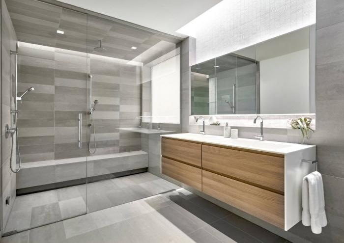 meuble salle de bain en bois avec comptoir blanc et robinet intégré en métal argent, cabine de douche avec carreaux gris