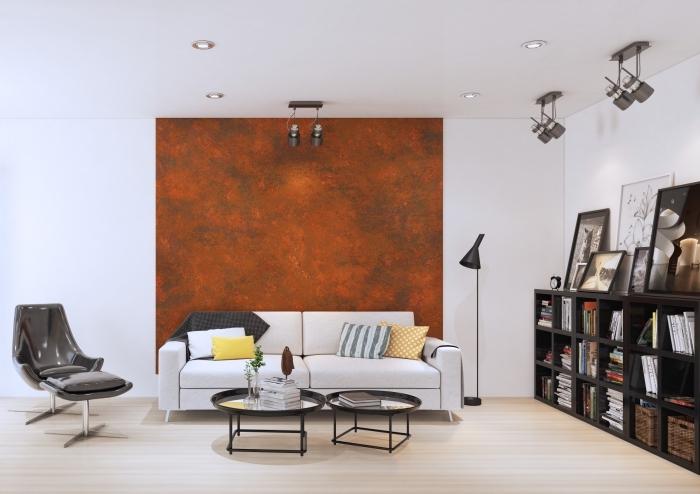 design intérieur moderne dans un salon blanc au parquet bois clair avec pan de mur à effet métal, idée peinture effet metal