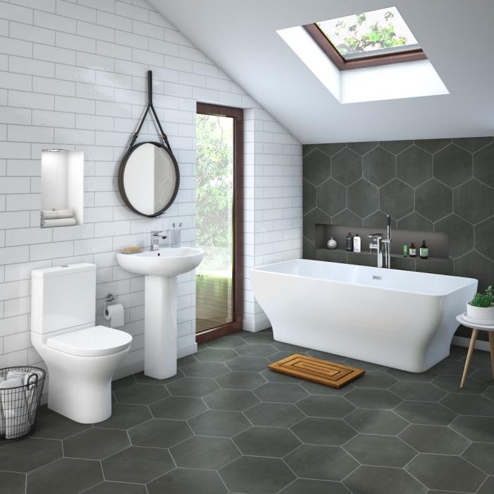 comment utiliser l'espace sous combles, aménagement petite salle de bain avec baignoire, idée gain place niche murale
