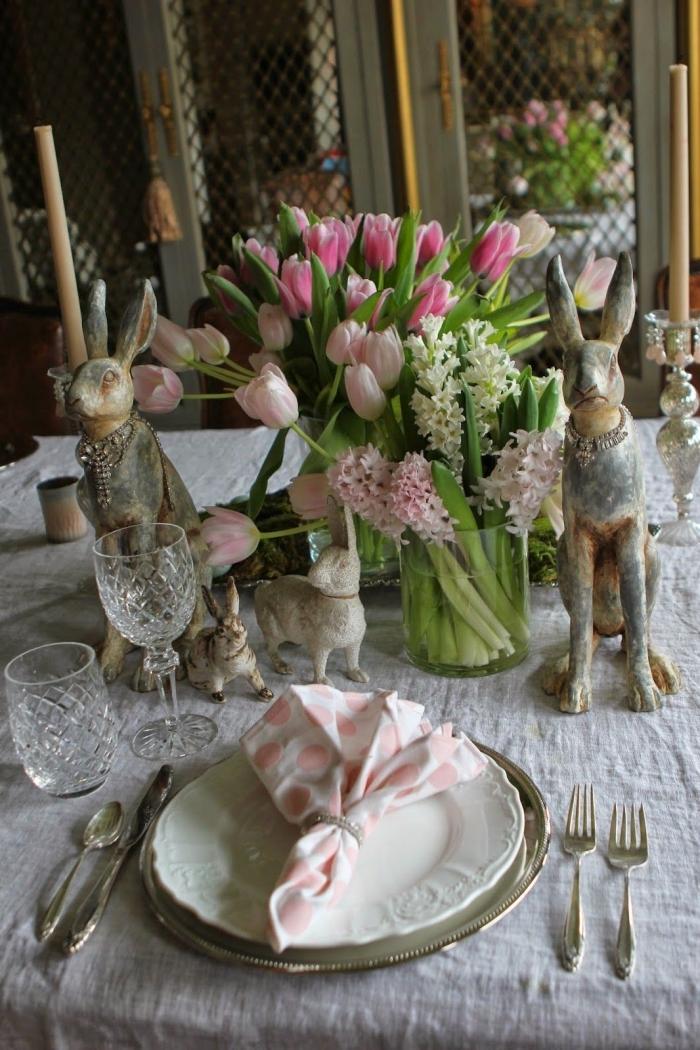 une déco de table de pâques de style rustique chic et naturelle avec des serviettes en tissu pliées en forme de bouquet