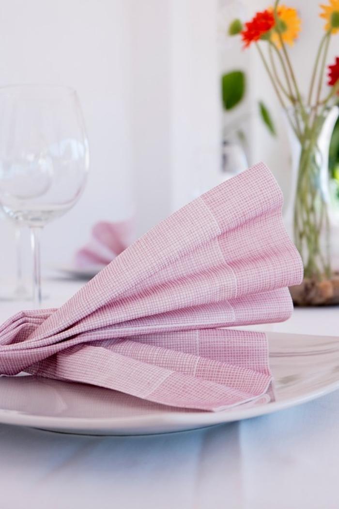 déco de table élégante avec des serviettes pliées en éventail, pliage serviettes classique pour décorer une table de fête