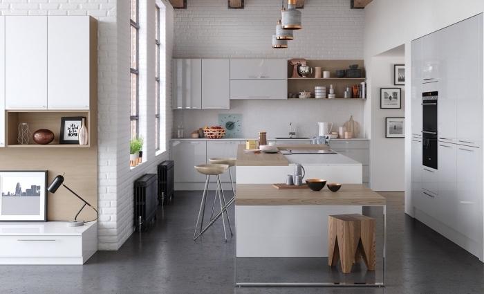 revêtement mural pour cuisine tendance moderne, déco de cuisine blanche avec meubles bois, plafond blanc poutres apparentes bois