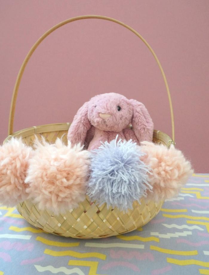 bricolage de paques panier, modèle de panier tressé naturel décoré avec pompons en laine de couleurs pastel