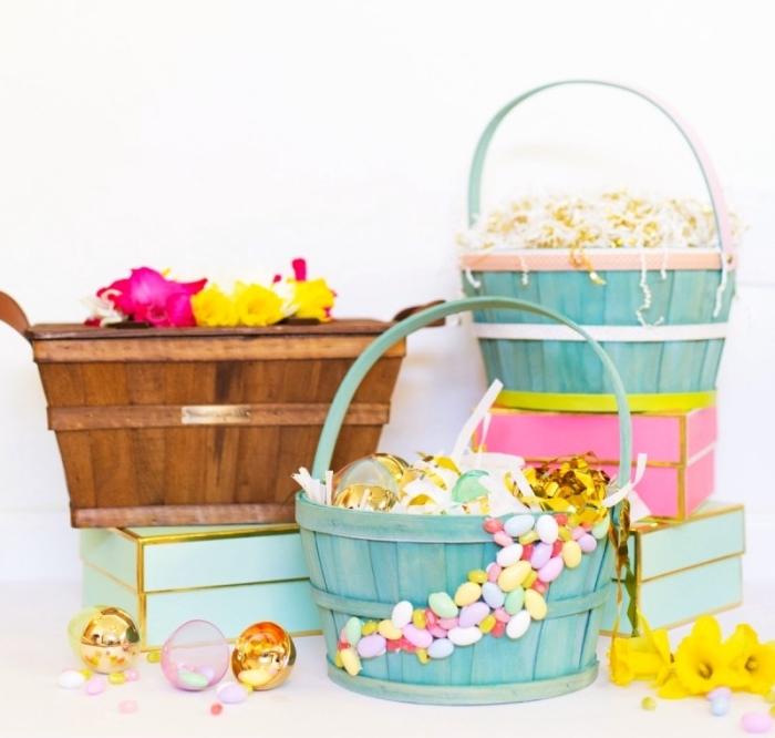 repeindre un seau en panier de couleur pastel, idée bricolage paques maternelle, déco de panier avec bonbons et colle chaude
