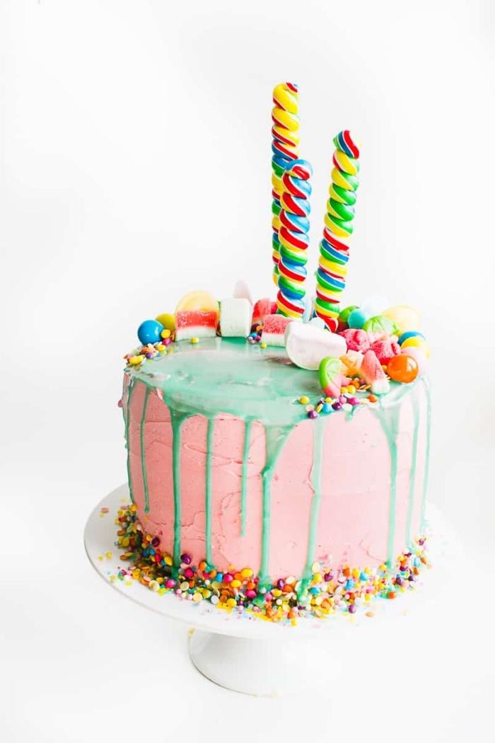 gateau anniversaire enfant original au glaçage coulant vert avec pleins de bonbons colorés, de perles en sucre et de sucettes