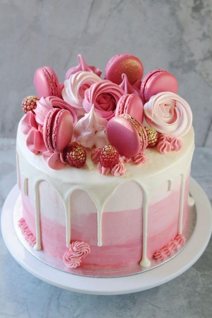 décoration de gâteau de meringues croquantes, macarons, framboises et petites fleurs en glaçage rose, décoration de gateau d'anniversaire facile