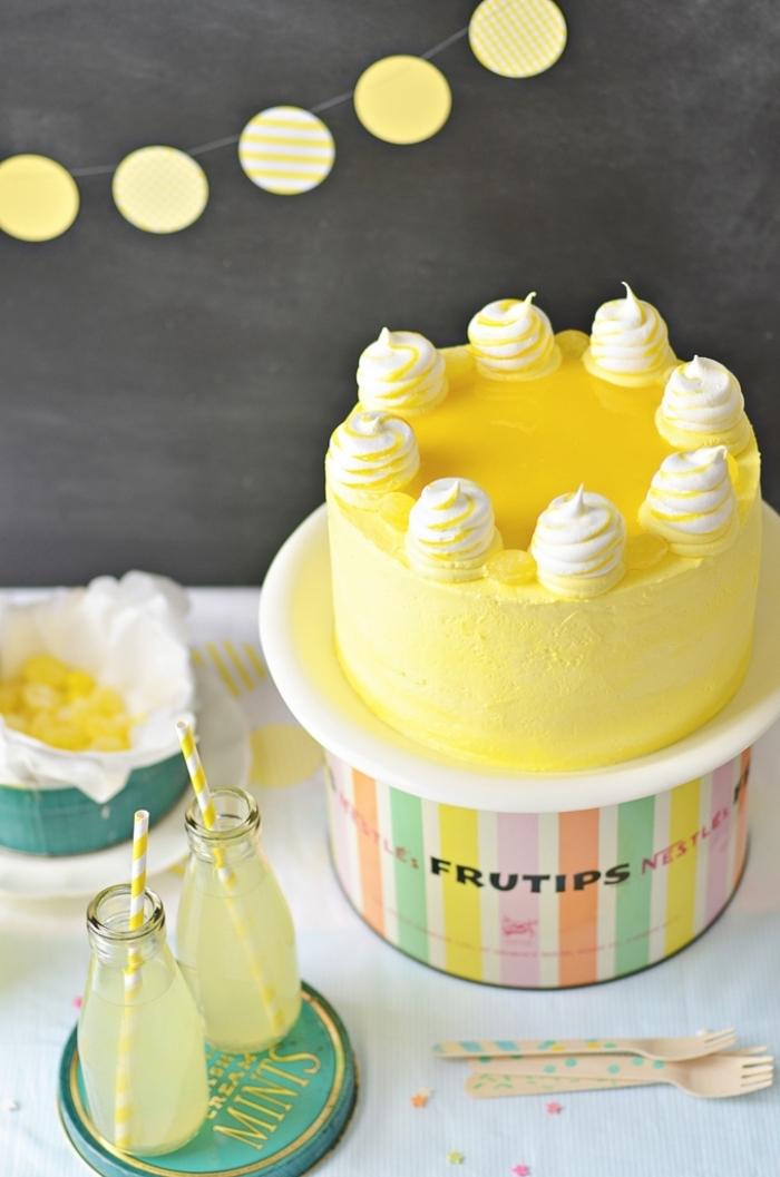 gateau anniversaire simple et beau au glaçage de crème beurre au citron décoré avec des mini meringues