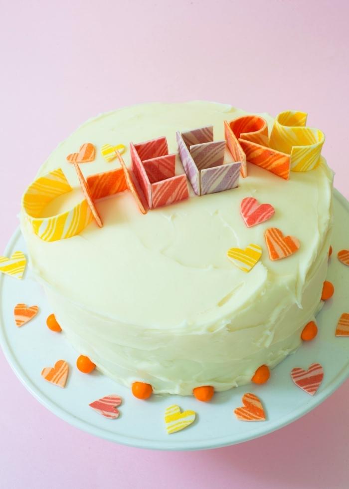 décoration de gâteau d'anniversaire réalisée avec du chewing-gum en rouleau, décoration de gateau d'anniversaire facile à message en chewing gum