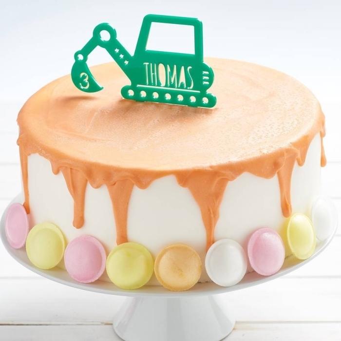 gateau anniversaire garçon sur le thème chantier de construction au glaçage au caramel, décoré de soucoupes acidulées