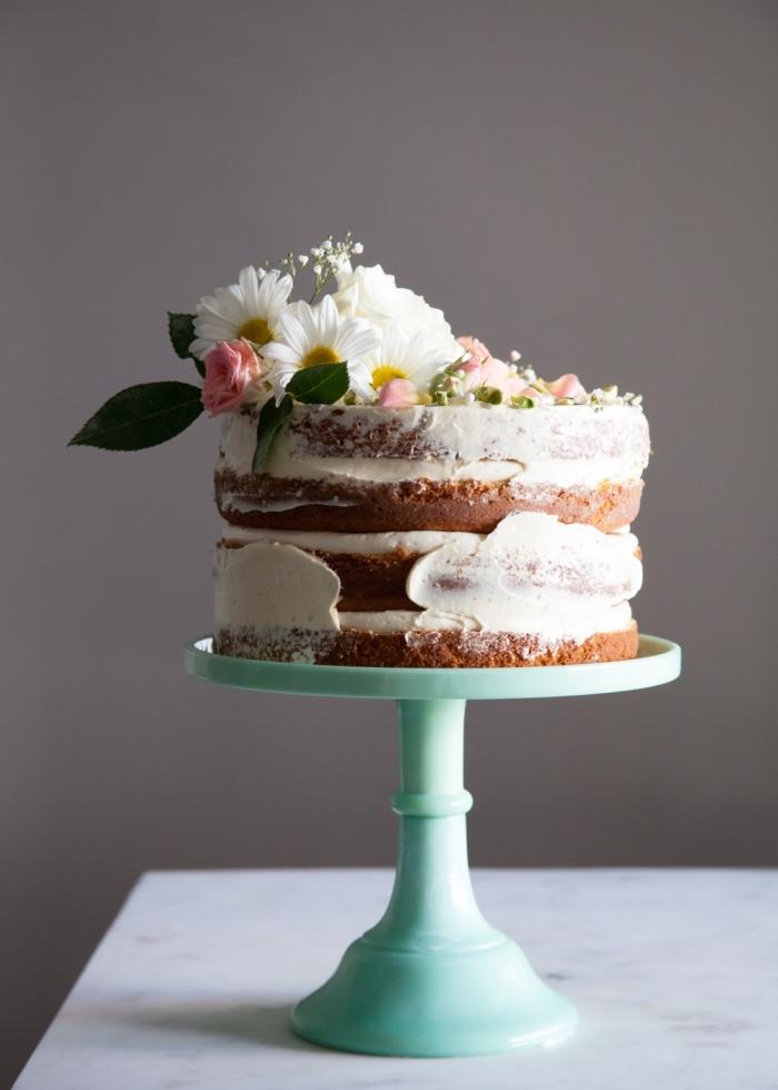 décoration de naked cake florale, gâteau theme anniversaire champêtre décoré de fleurs fraîches et posé sur un présentoir vert d'eau