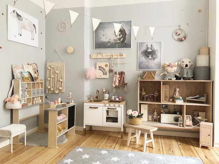 pédagogie montessori chambre bébé mixte, parquet bois clair, tapis gris, mobilier en bois, macramé mural, cuisine enfant, coin activités montessori