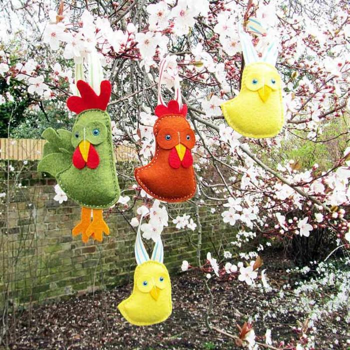 coqs en feutrine accrochés à un arbre, decoration de paques exterieur à faire soi meme
