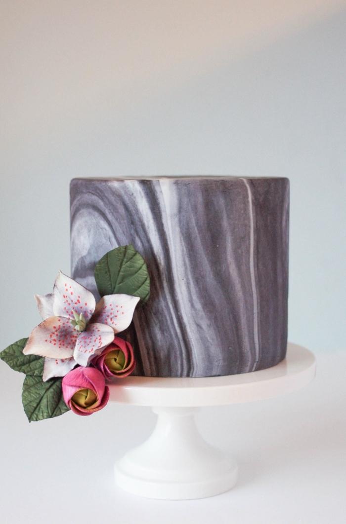 image gateau anniversaire recouvert de pâte à sucre effet marbré, décoré d'une fleur artificielle, décoration de gâteau d'anniversaire à réaliser soi-même