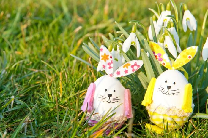 comment décorer ses oeufs de pâques de manière originale, pelouse verte, oeufs transformés en lapins