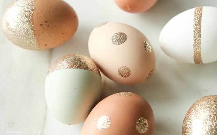 décoration oeufs de paques facile, oeufs décoré de couleur or pailleté, decoration paques facile