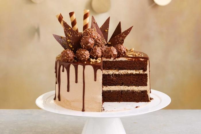 gâteau au glaçage décoré de copeaux en chocolat et des boules au chocolat et noisettes, decoration gateau chocolat