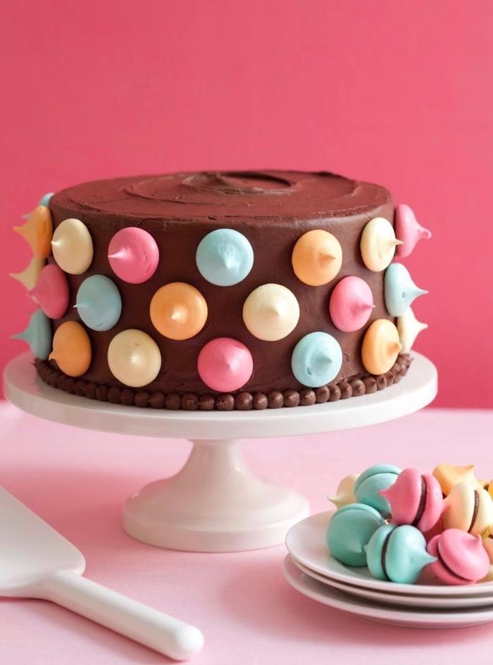 gâteau d'anniversaire au chocolat décoré avec des meringues colorées idée pour une decoration gateau chocolat