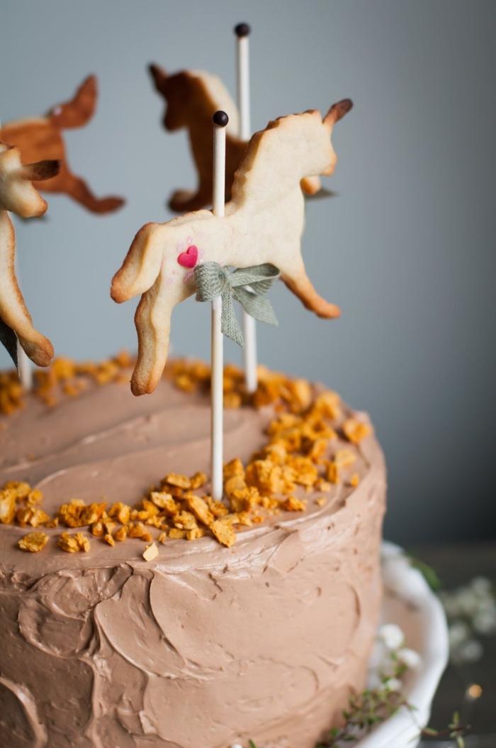 decoration gateau chocolat façon carrousel avec des petits sablés en forme de cheval