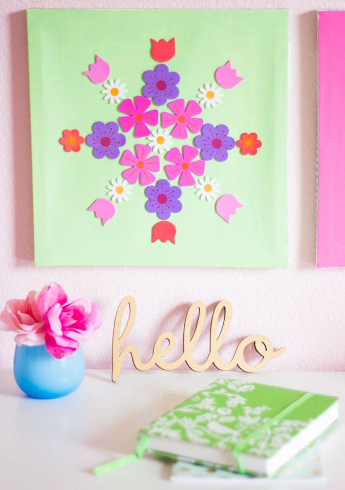 panneau décoratif murale en fleurs de papier mousse rangées sur une plaque, deco printemps murale a faire soi meme