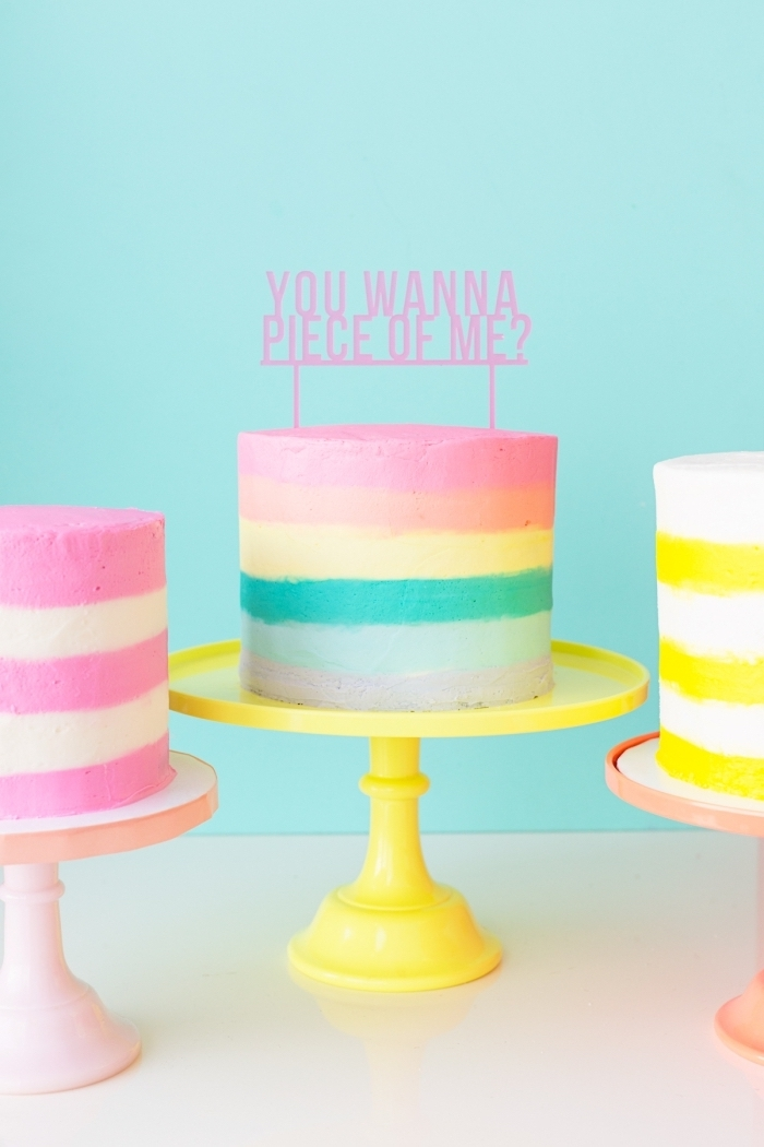 image gateau anniversaire au glaçage lisse multicolore réalisé à l'aide d'un peigne à glaçage, gâteau arc-en-ciel décoré avec un cake topper original