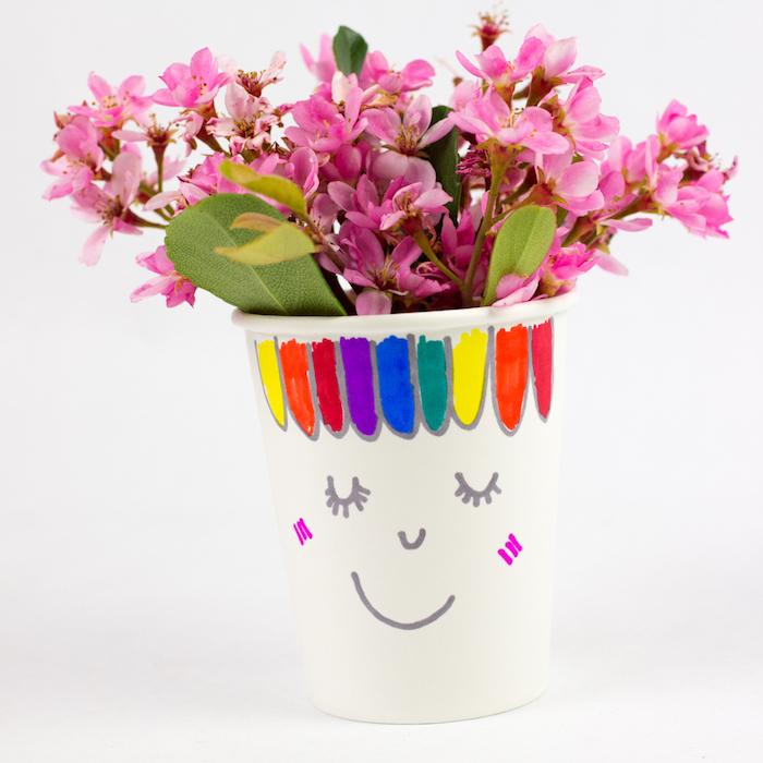 pot de fleur décoré au feutres colorés avec une plante a l intérieur, activités manuelles maternelle, bricolage fête des mères et printemps