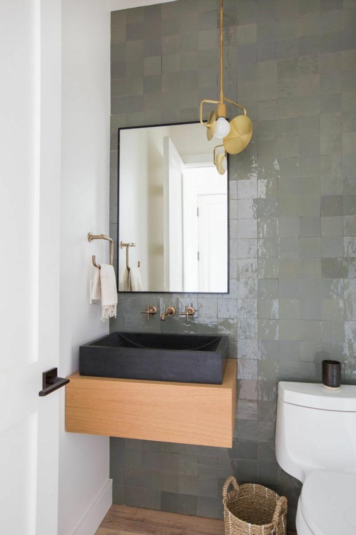 carrelage toilette gris clair, meuble vasque bois et vasque noire, miroir rectangulaire, panier tressé