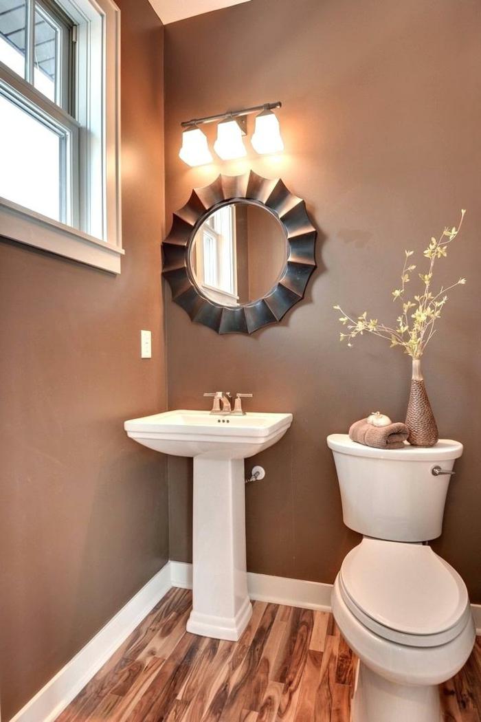 deco toilettes originales, peinture toilettes chocolat, miroir décoratif, vasque pied, vase et serviette couleur cacao