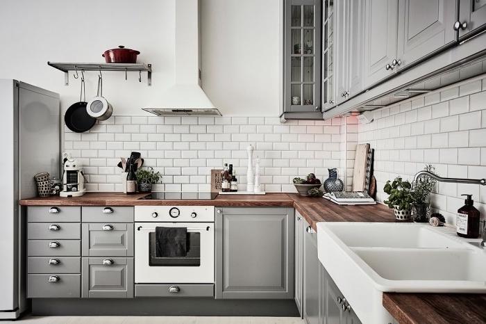 relooking cuisine traditionnel avec armoires peintes en gris clair aux poignées métallisées et plan de travail en bois foncé