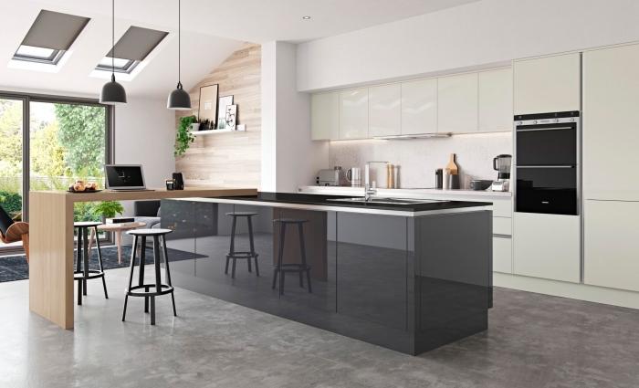 aménagement cuisine sous pente ouverte, déco cuisine moderne avec armoires blanc laqué et îlot gris anthracite