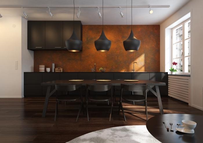 aménagement cuisine en longueur, déco de cuisine moderne noir et blanc avec crédence à texture mur métallisé