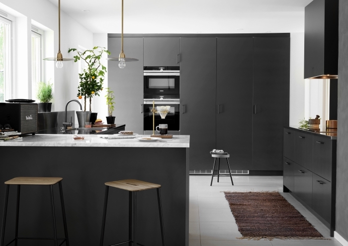 comment aménager une cuisine contemporaine, cuisine moderne blanche avec meubles de couleur gris anthracite et accents métalliques