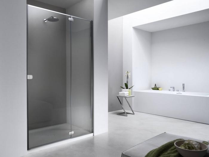 décoration salle de bain à design épuré et couleurs neutres, peinture murale blanche et carreaux plancher gris clair
