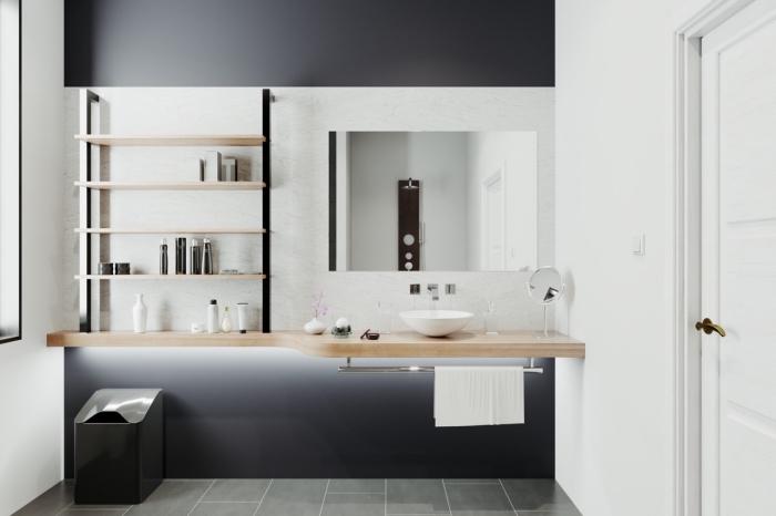 idée gain place avec rangement étagères bois et fer, déco salle de bain contemporaine avec peinture gris anthracite