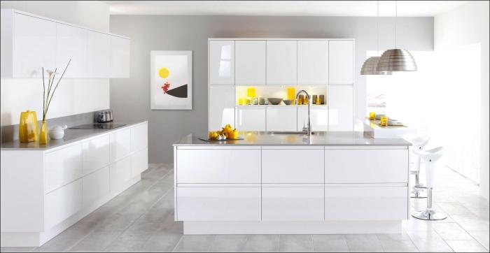 idée cuisine grise et blanche à design contemporain, agencement cuisine avec îlot central, plan de travail gris clair