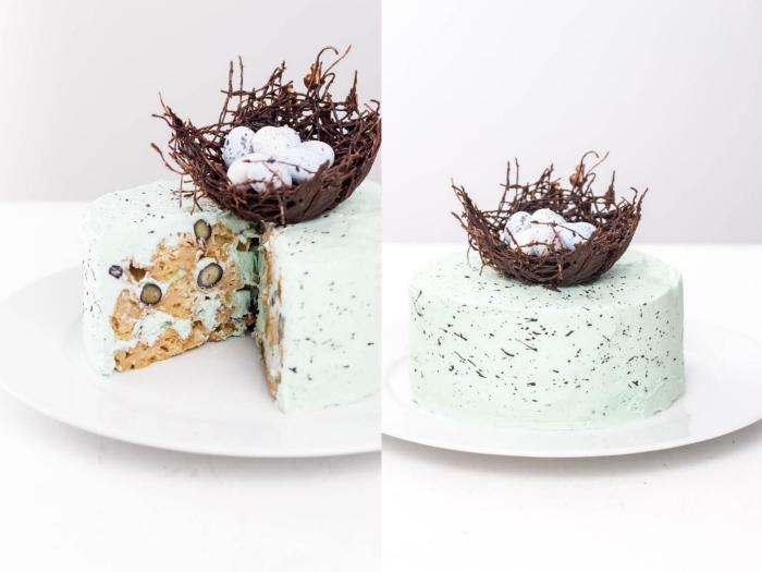 recette gateau nid de paques original de gaufres aux myrtilles recouvert de glaçage tacheté de crème au beurre décoré d'un nid en chocolat