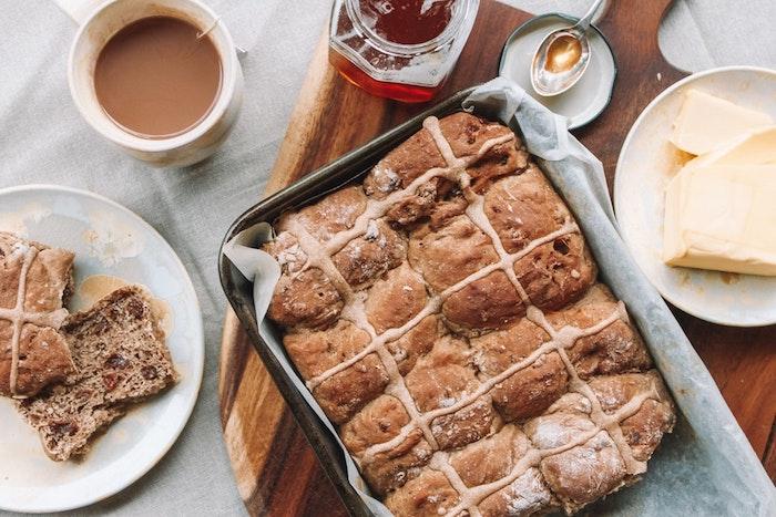 Bon dessert pour un bonne fete de paques, belles images de paques, festive saison printemps, tasse de cafe au lait