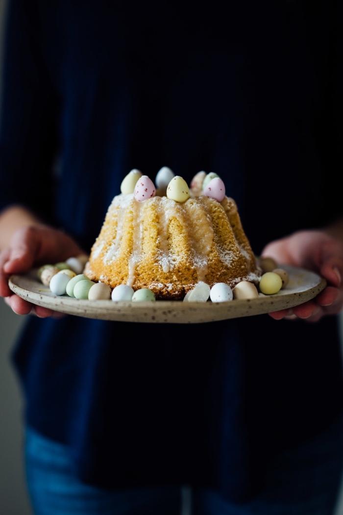 dessert de paques pour un menu festif facile et rapide, mini-gâteau au citron et aux amandes décoré de petits oeufs en chocolat