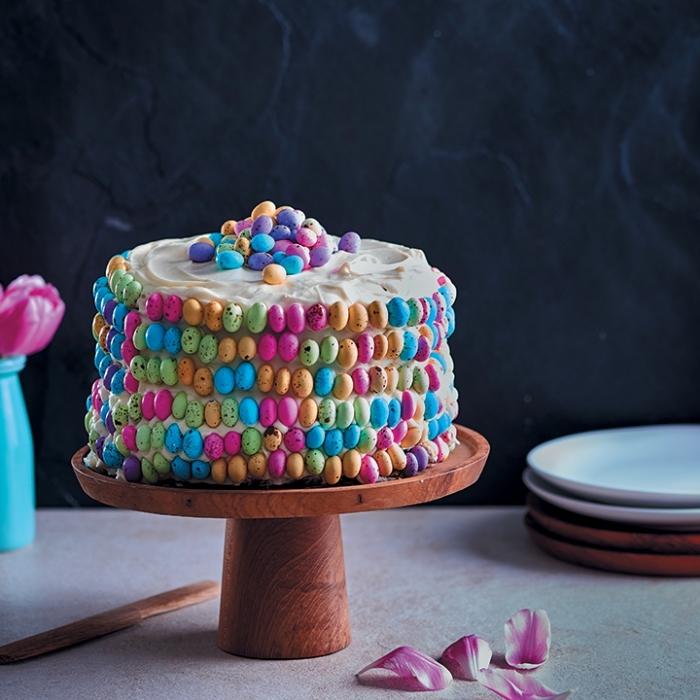 recette de paques original de gâteau au thé rooibos, vanille et miel recouvert de crème au beurre et petits oeufs en chocolat