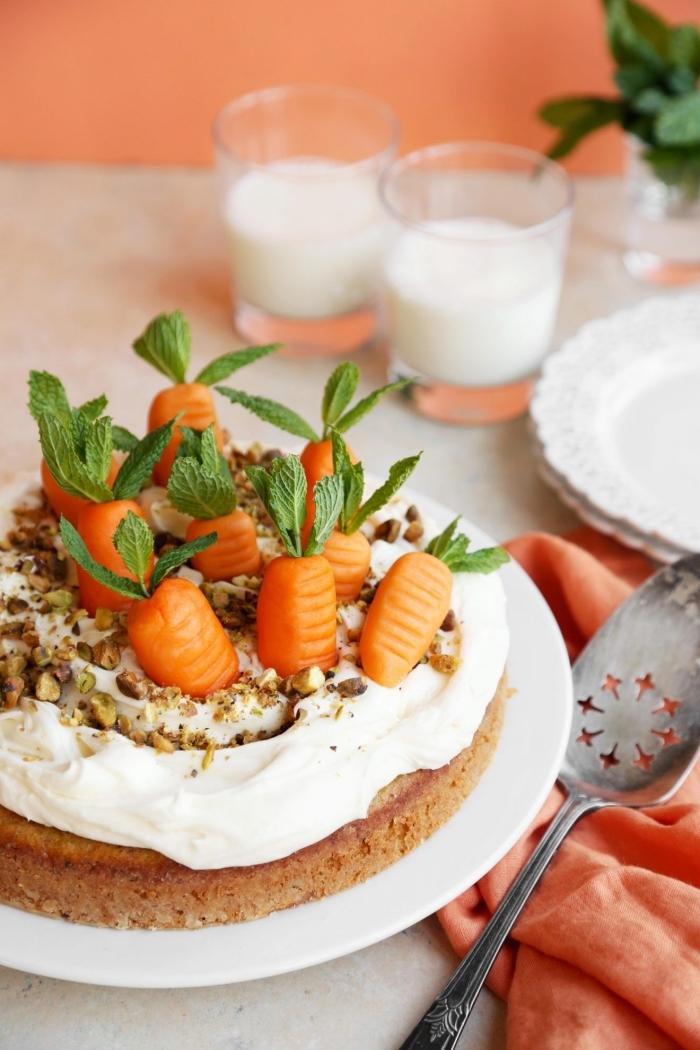 recette de paques traditionnelle de gâteau aux carottes nappé de crème décoré de carottes en pâte à sucre