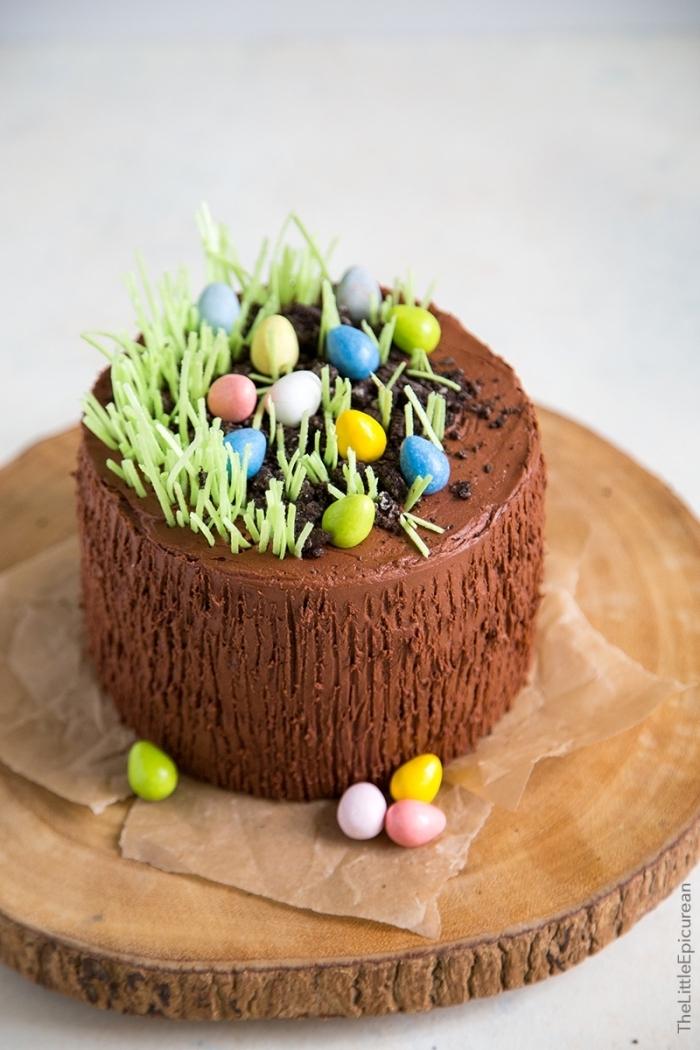 idée de dessert de paques original, petit gâteau au chocolat décoré d'herbe et d'oeufs de pâques en chocolat