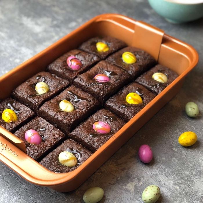 idée de dessert de paques au chocolat facile et rapide, des carrés de pudding au chocolat garnis de mini-oeufs de pâques en chocolat