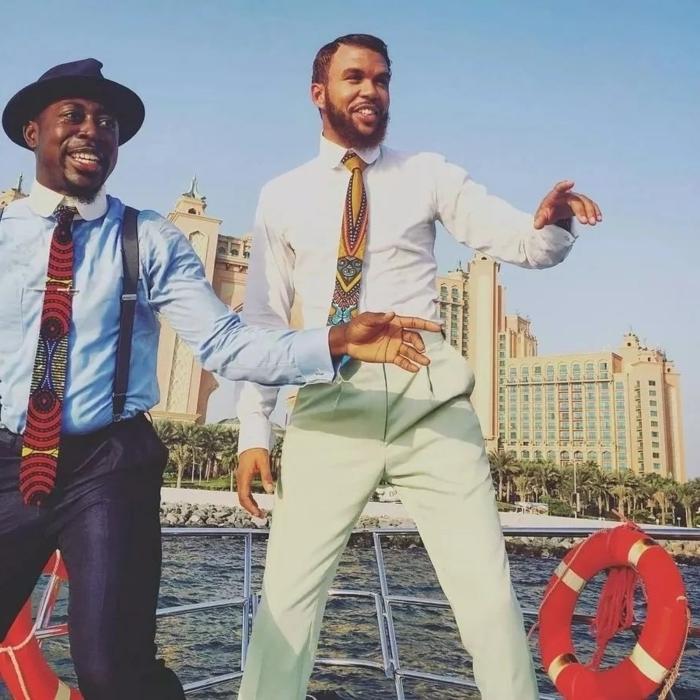hommes modernes, pantalons classiques, chemises en couleurs claires, cravates africaines, chapeau cylindre, tenue africaine pour homme