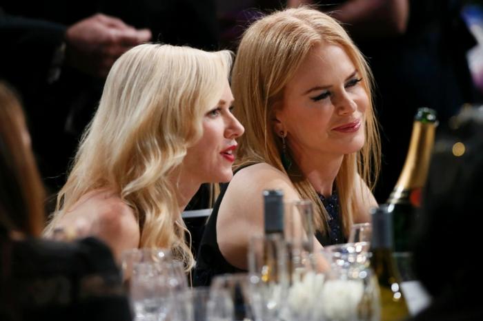 nuance des cheveux blond doré foncé et blond platine, deux jolies femmes blondes