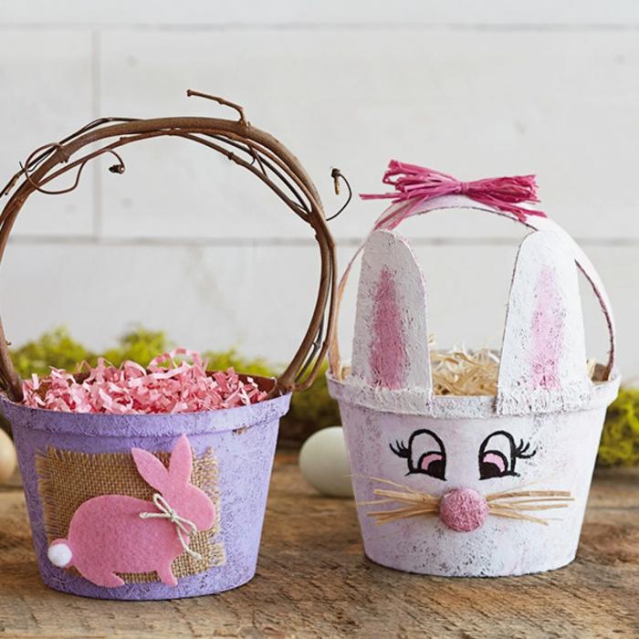 sceaux pleins de paille colorée en pot de fleurs, visage de lapin et figure de lapin, diy paques
