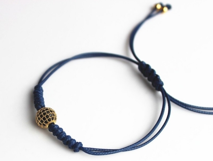 idée pour réalise un bracelet shamballa soi-même, modèle de bracelet diy avec fermeture réglable et ornements dorés