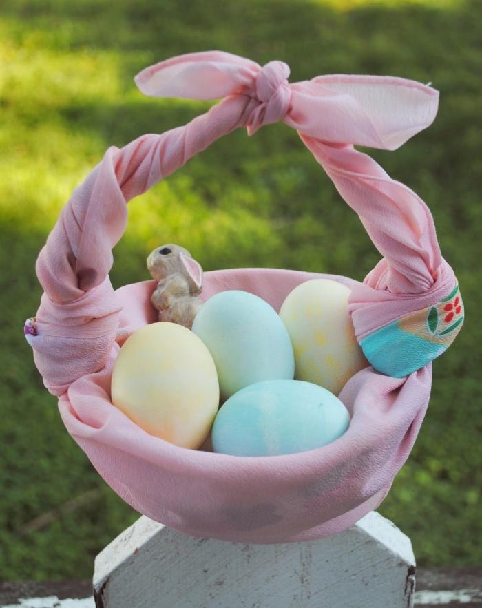 décorer un panier avec écharpe, faire un nid pour oeufs de pâques original, activité manuelle facile décoration pâques